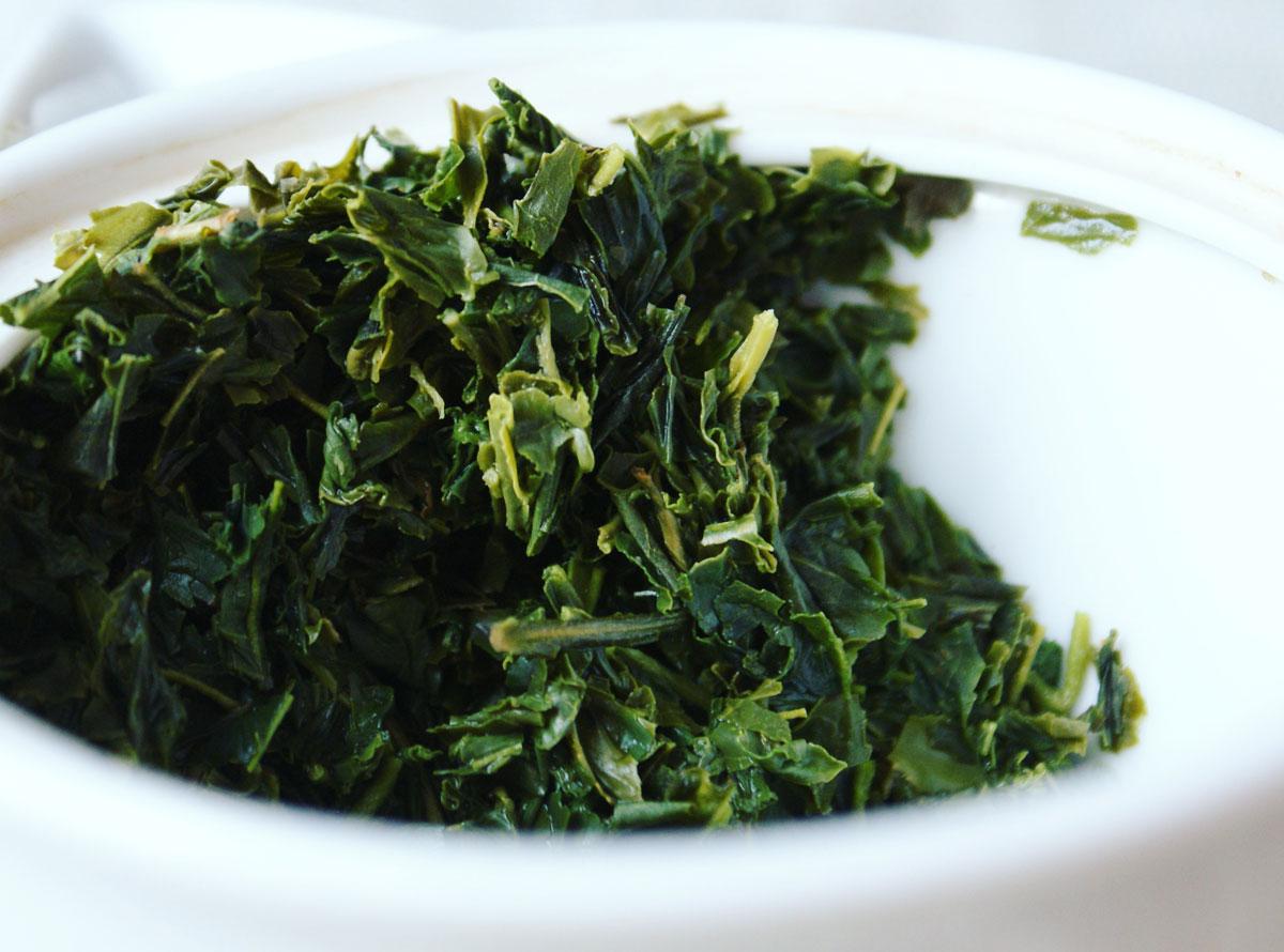 Foglie di Sencha dopo la prima infusione. Il te verde e fonte di epigallocatechingallato. Foto di Jurga Po Alessi