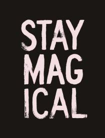 Una scritta color rosa su uno sfondo nero, 'Stay magical'