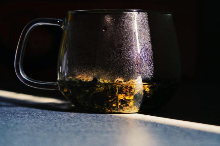 Foglie di Bai Mao Hou infuse in una tazza di vetro