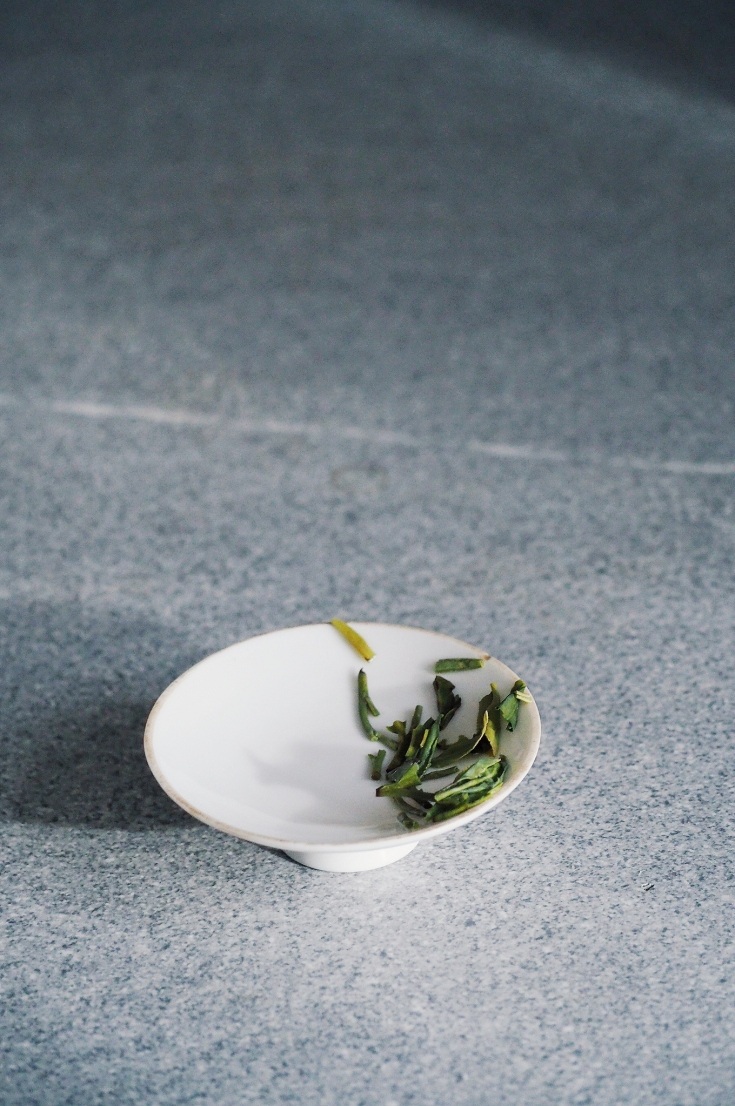 Tè verde cinese Long Jing, foglie dopo la prima infusione. Foto di Jurga Po Alessi | Primainfusione Tea Blog